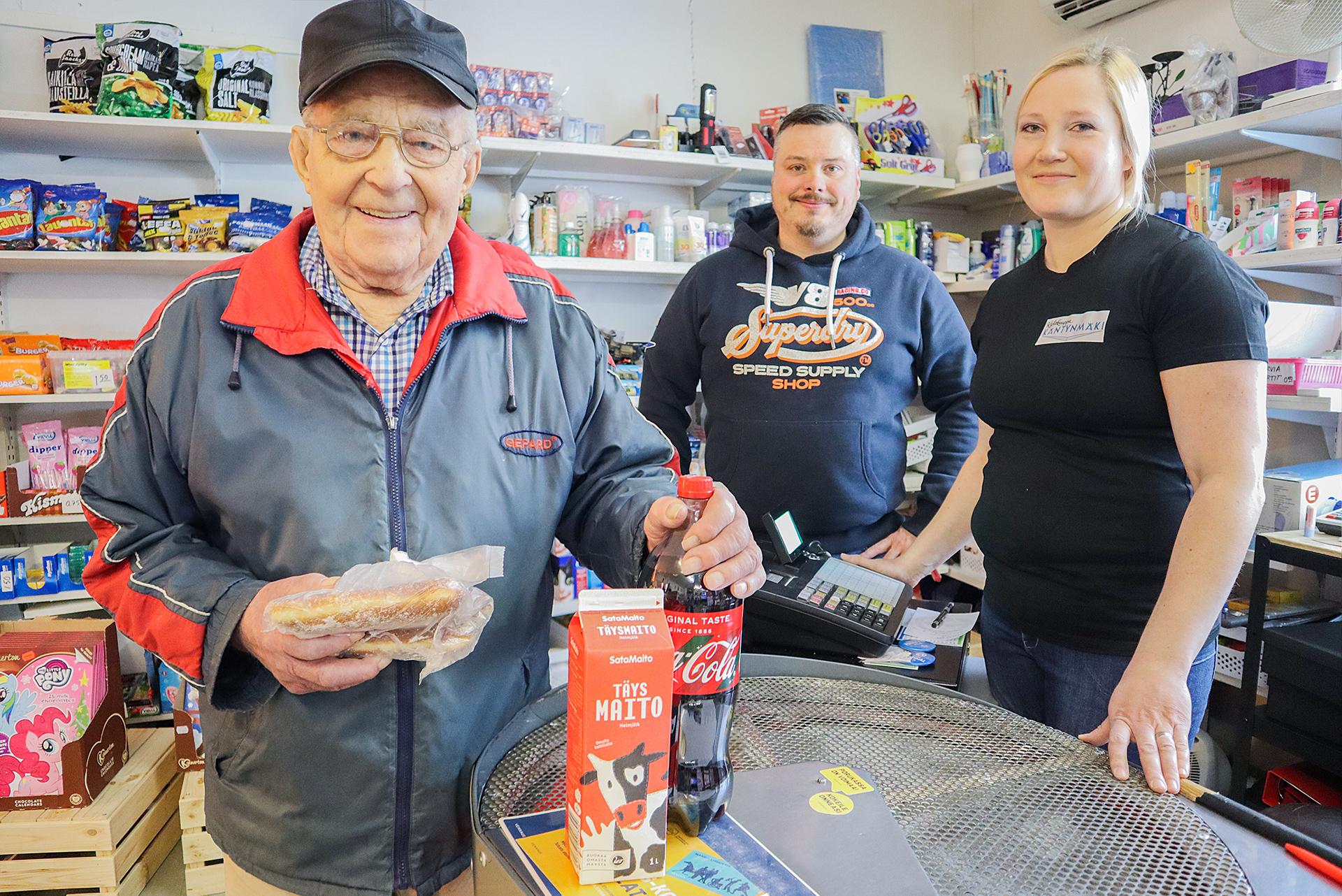 Paavo on Kyläkauppa Käntynmäen päivän piristys, sanovat kauppiaspariskunta Antti ja Saija Heiniluoma. Kaksi kertaa päivässä asioivan Paavon ostoslistalle kuuluvat 1,5 litran Coca-Cola, punainen maito, pullaa, ruisleipä, voipaketti ja juusto. Paavo myös lottoaa joka lauantai – koskaan ei ole jäänyt väliin.